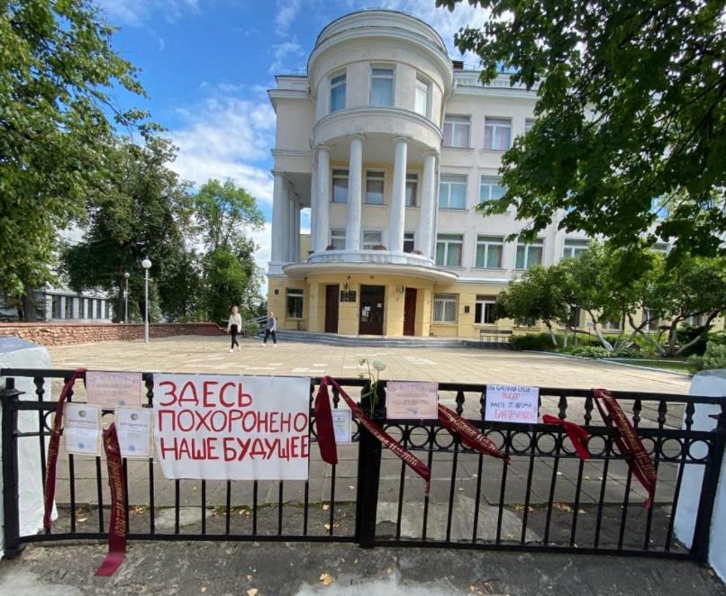 В Минске выпускники возвращают грамоты школам, участвовавшим в фальсифик...