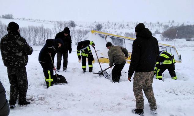 На автодороге Киев-Одесса из снежного плена освободили 165 машин и 510 л...