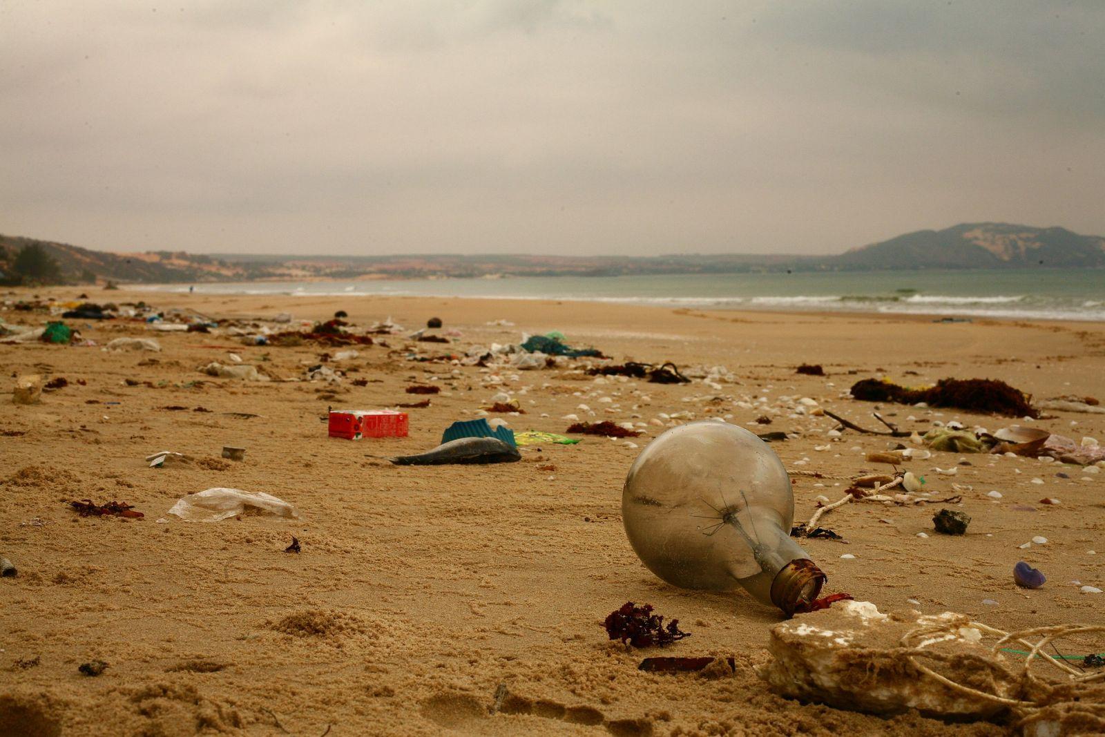 На дне океанов может лежать 14 млн тонн пластика. В 30 раз больше, чем н...