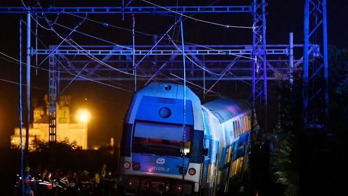В Чехии пассажирский поезд въехал в грузовой состав: машинист погиб, бол...