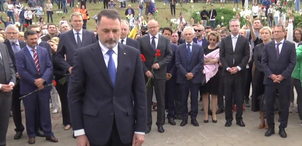 Послы стран Евросоюза возложили цветы к месту, где погиб протестующий в...