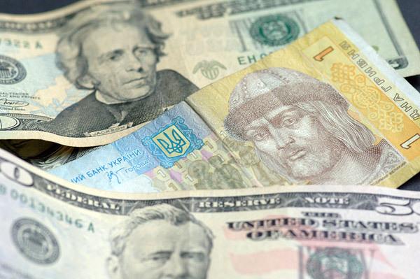 Доллар и евро подешевели, но курс остается плавающим