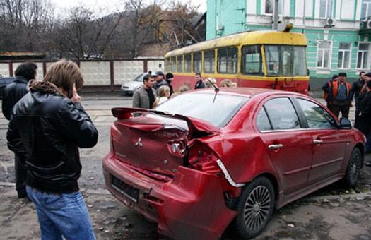В Киеве сошедший с рельсов трамвай разбивал машины и калечил людей