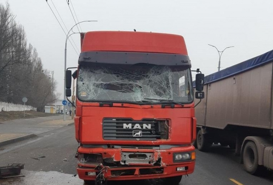 В Киеве фура столкнулась с маршруткой, 11 пострадавших