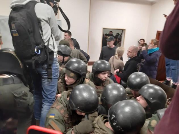 Подозреваемую по делу Шеремета с помощью спецназа вывели из здания суда