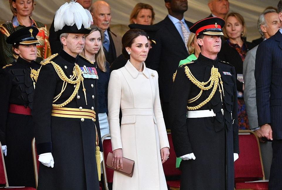 Почетная миссия: Кейт Миддлтон приняла парад конной гвардии в Лондоне