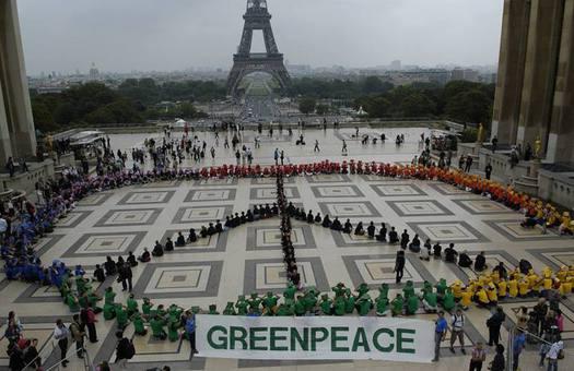 Активисты  Greenpeace провели антироссийскую акцию на Елисейских полях в...
