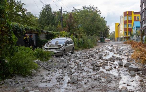В Днепре с новостройки на автомобиль упали бетонные блоки