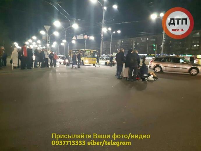 В Киеве маршрутка сбила трех человек на пешеходном переходе (обновлено)