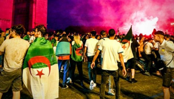 Полиция Парижа применила газ против фанатов сборной Алжира
