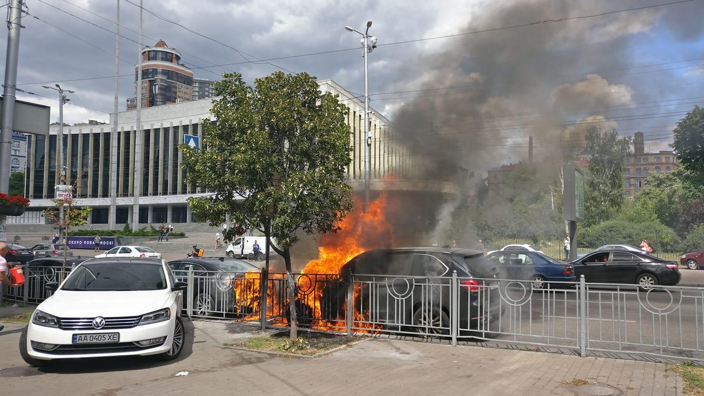 В Киеве взлетело на воздух авто (видео)