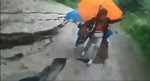 Чудом уцелели: в Яремче под ногами детей рухнула дорога