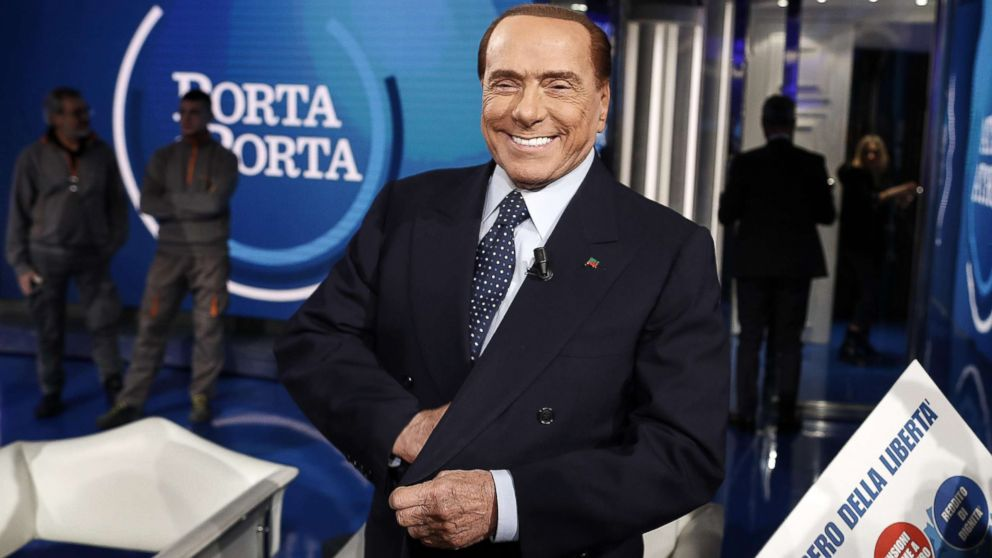 Берлускони пытался сделать селфи и попал в больницу