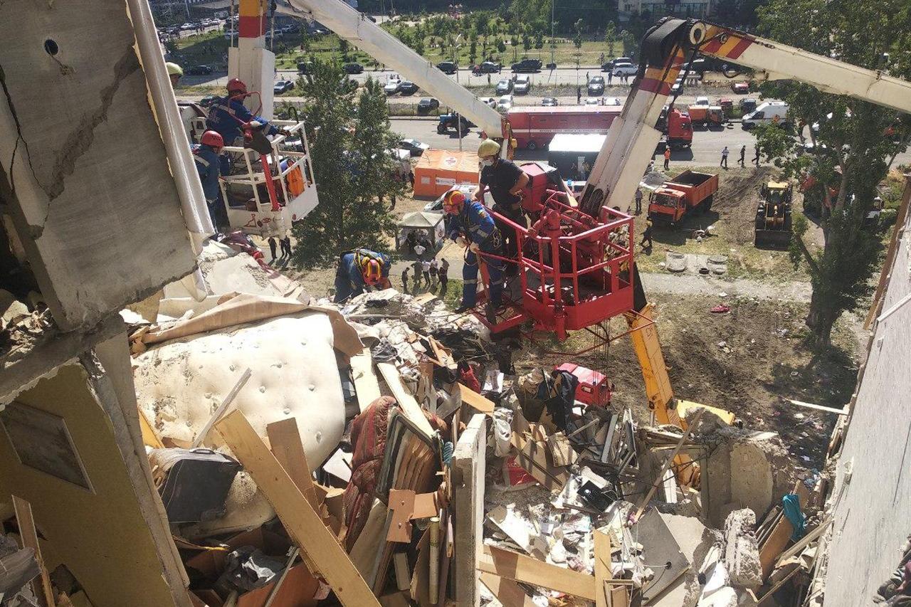Взрыв дома на Позняках: трое погибших, эвакуировано 23 человека