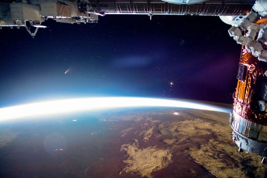 С высоты МКС. NASA показало комету Neowise, пролетающую над Землей