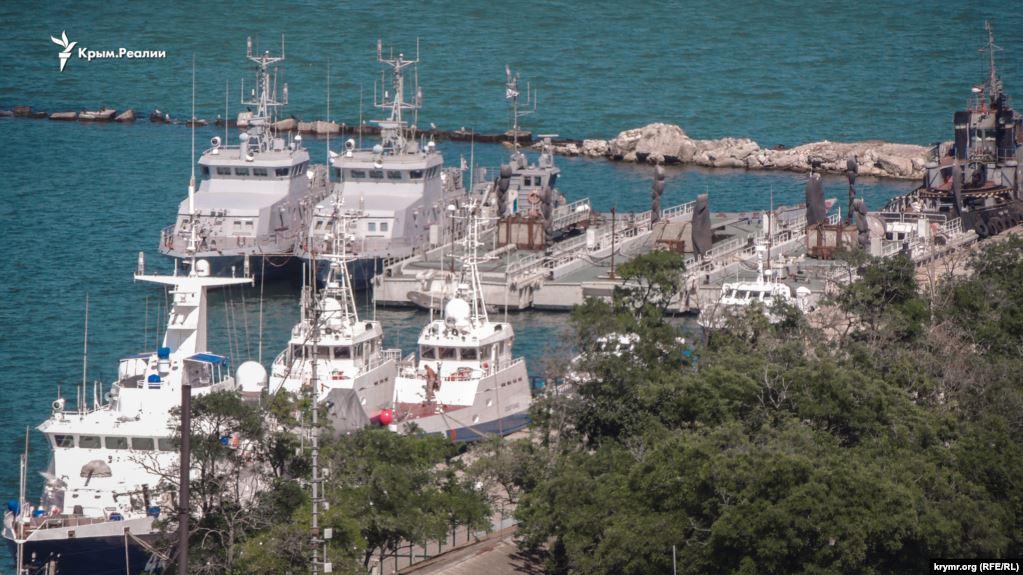 Захваченные украинские корабли переместили из порта Керчи в неизвестном...