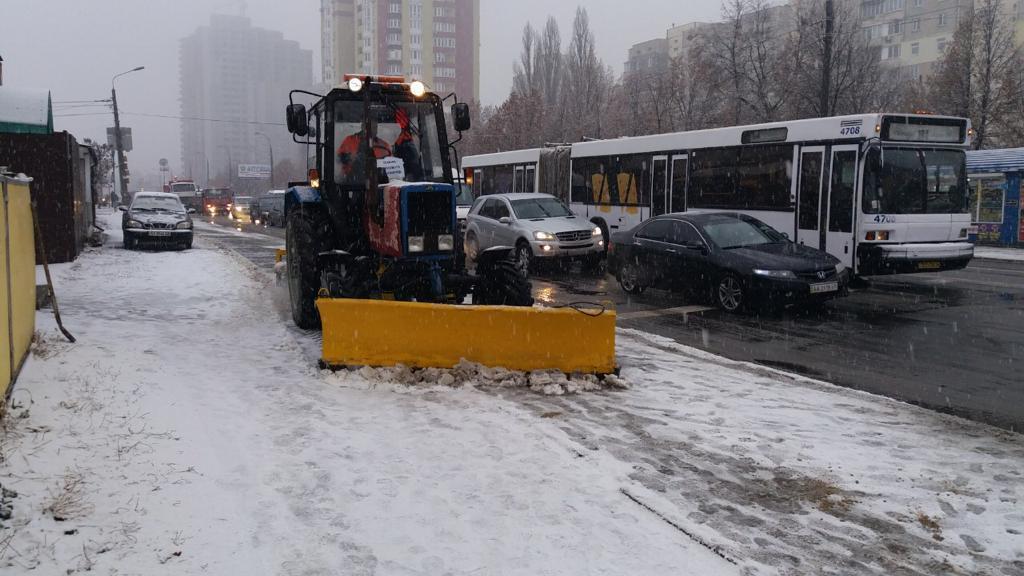 Снегопад в Киеве: 352 единицы спецтехники чистят столицу