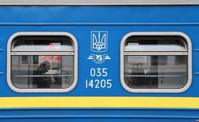 """Пассажиры добились остановки поезда в Тернополе, несмотря на """"красную зо..."""