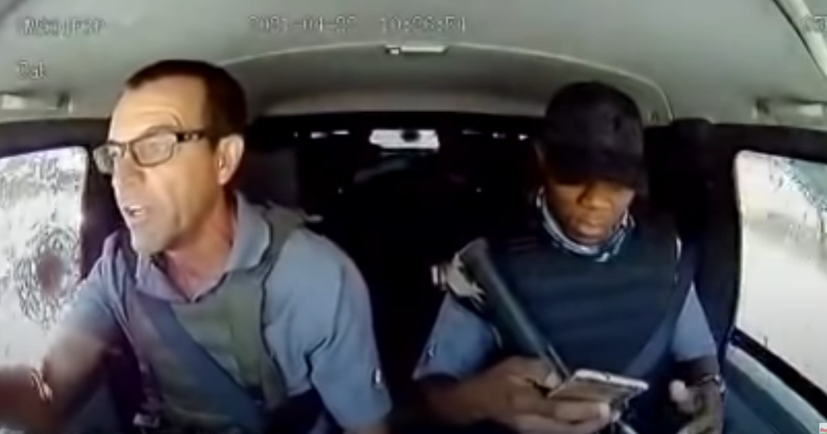 В ЮАР водитель-инкассатор отбился от вооруженных грабителей и стал звездой соцсетей (видео)