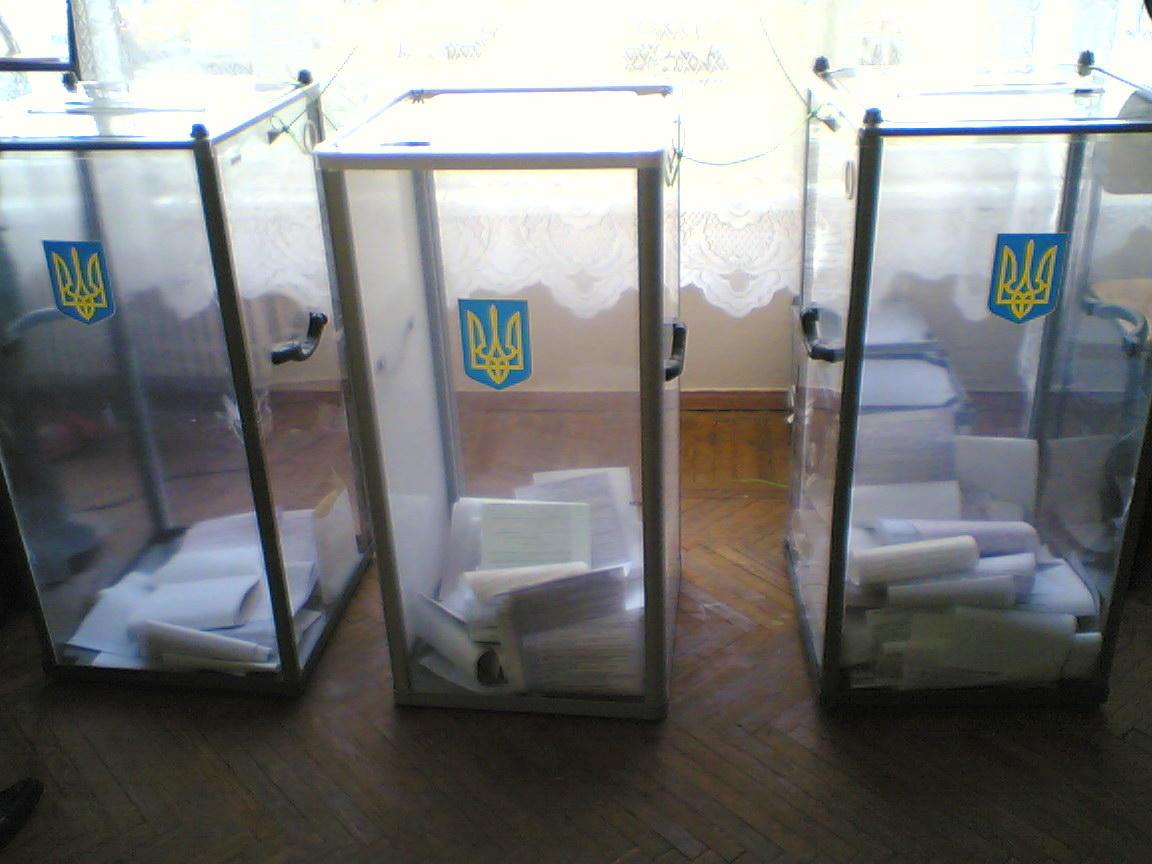 Десятки тысяч украинцев поменяли место своего выбора президента Украины,...