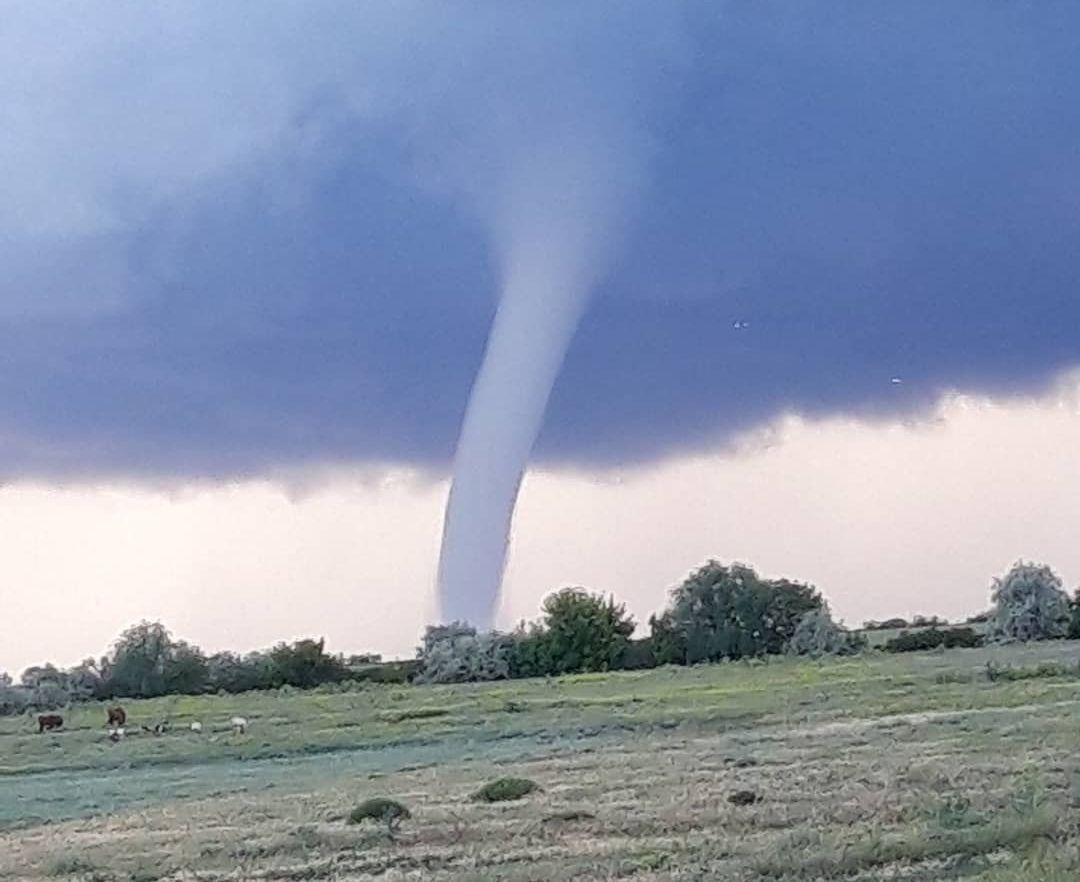На границе с Крымом заметили огромное торнадо