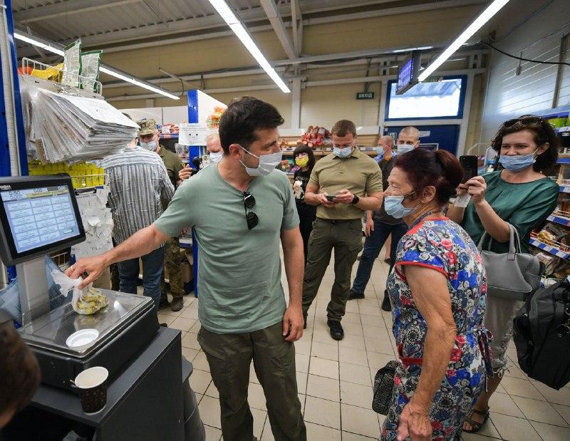 Купил кофе и сладкого. Зеленский выложил фото из магазина на Донбассе
