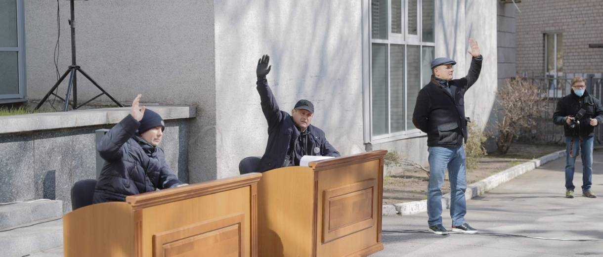 Из-за карантина в Сумах и Днепре заседания горсоветов прошли на улице