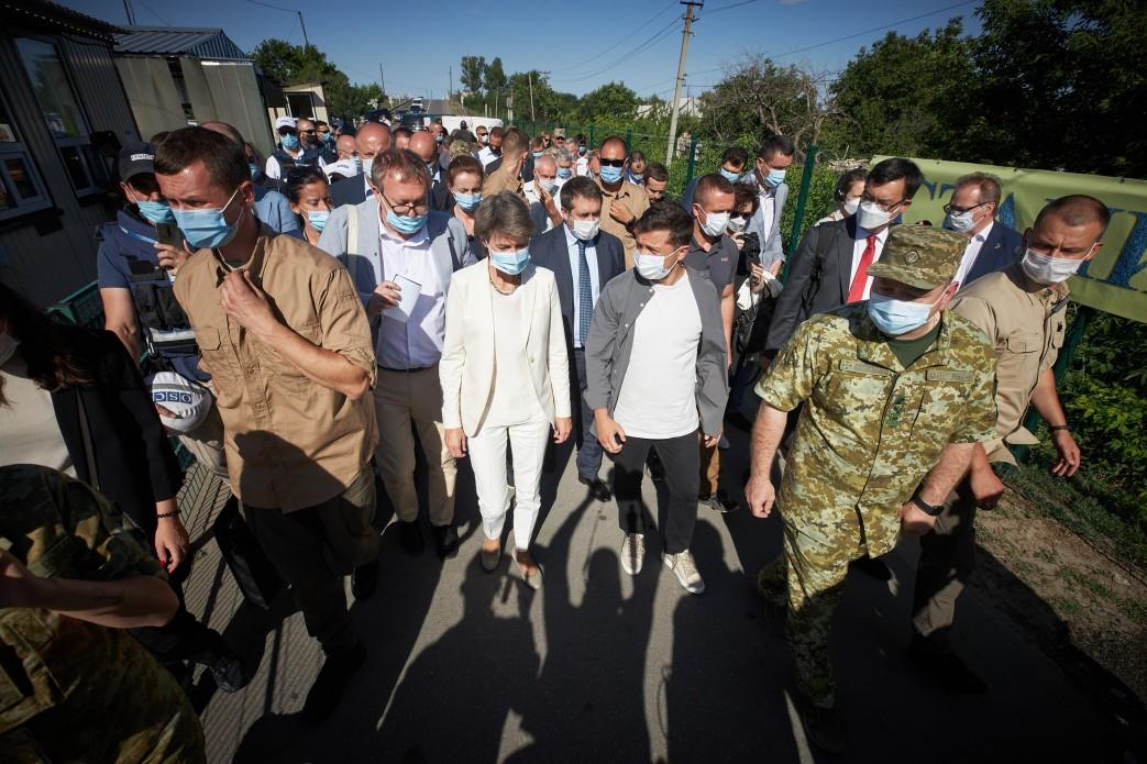 Зеленский об участках разведения на Донбассе: сейчас там никого не убива...