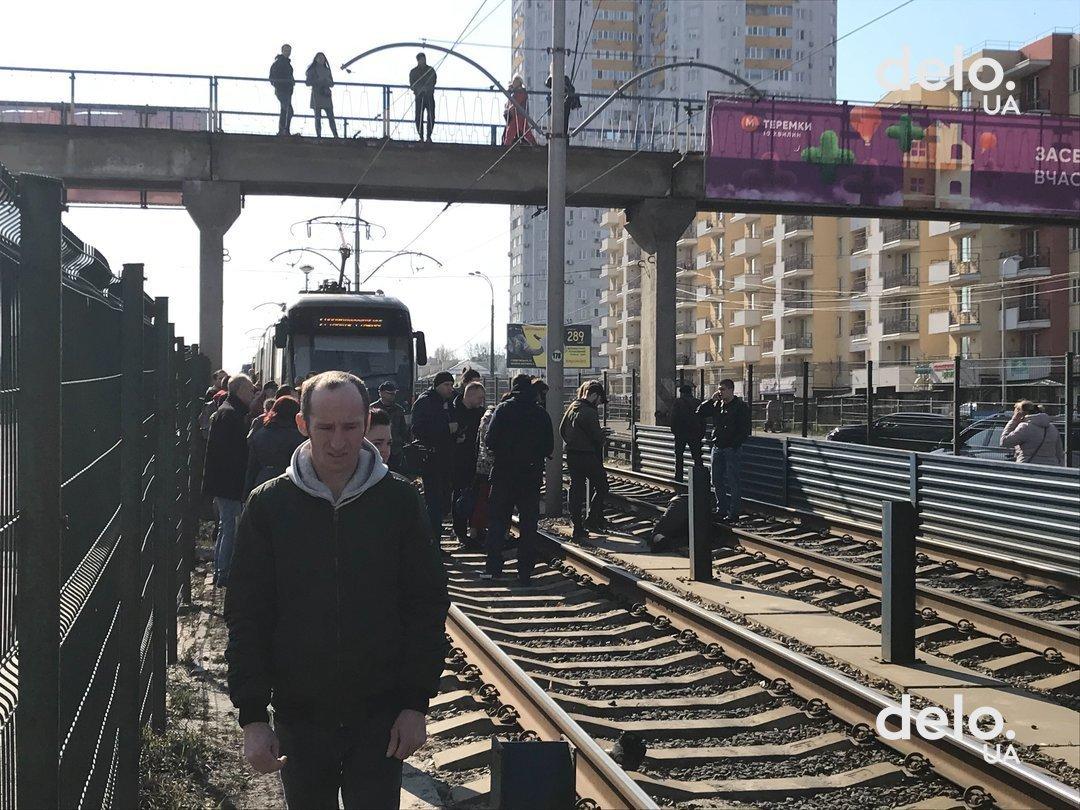 Движение скоростного трамвая в Киеве заблокировано из-за падения человек...