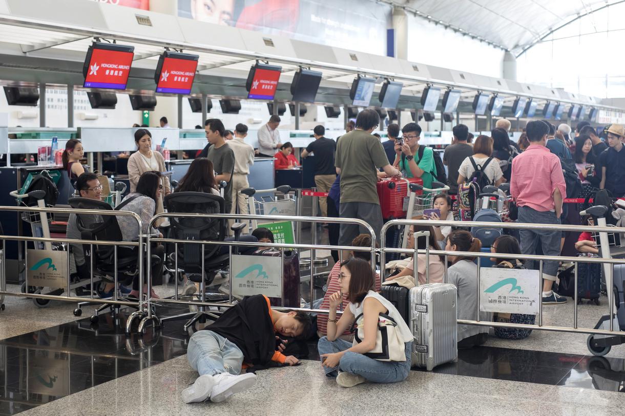 Аэропорт Гонконга запретил протестующим вход в терминалы и возобновил ра...