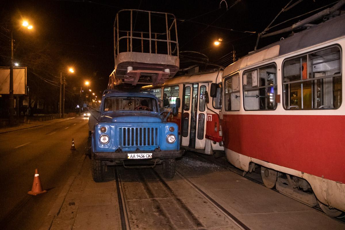 Лобовое столкновение трамваев в Киеве привело к госпитализации  пассажир...