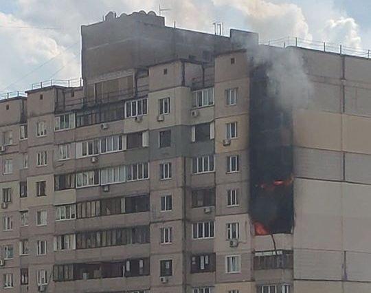 Возле уничтоженного взрывом дома на Позняках в Киеве горит многоэтажка