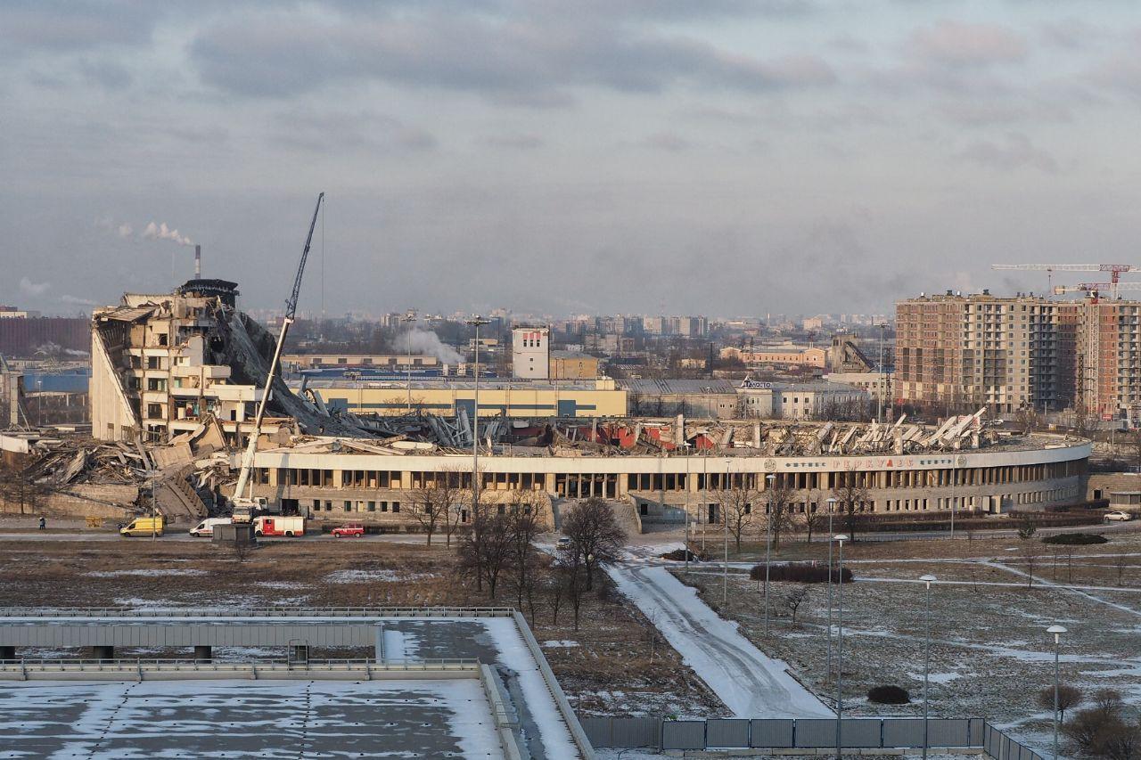 В Петербурге во время демонтажа спорткомплекса обрушилась крыша. Пока из...