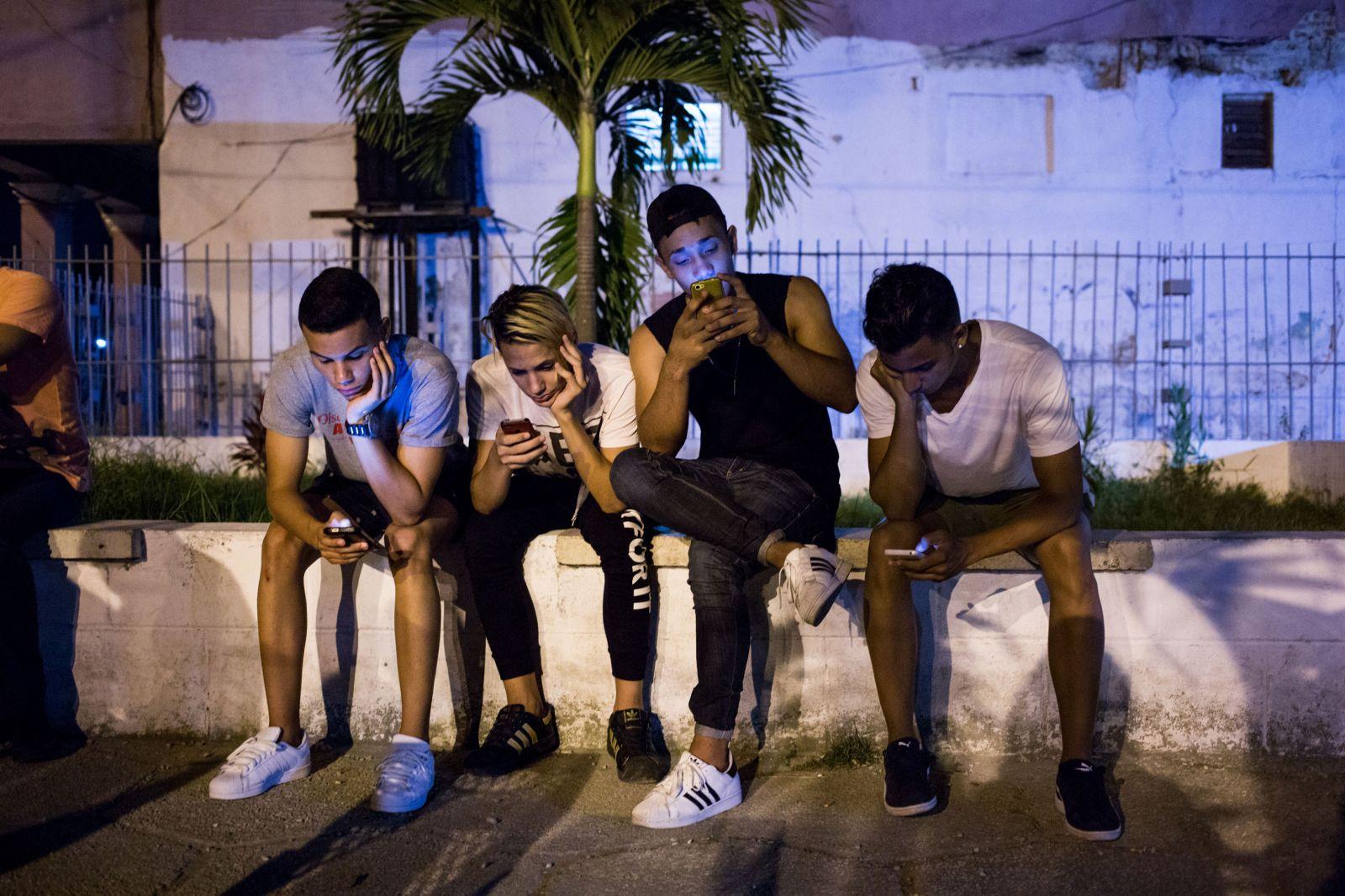 """Правительство Кубы расширило доступ к """"золотому"""" интернету"""
