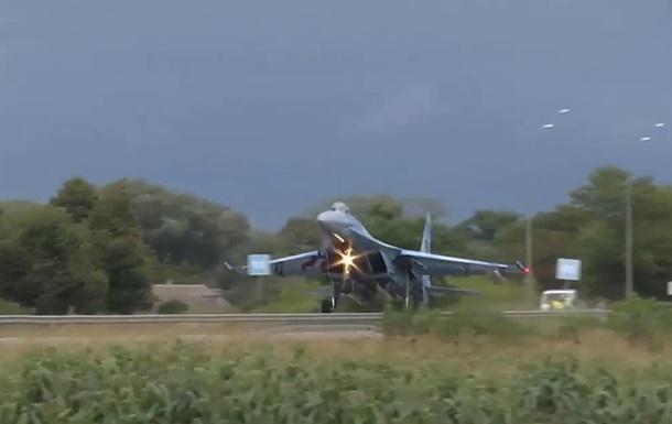 В Ровенской области истребитель Су-27 снес дорожный знак на трассе