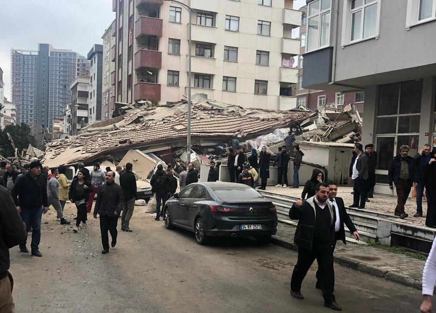 В Стамбуле обрушилось многоэтажное жилое здание