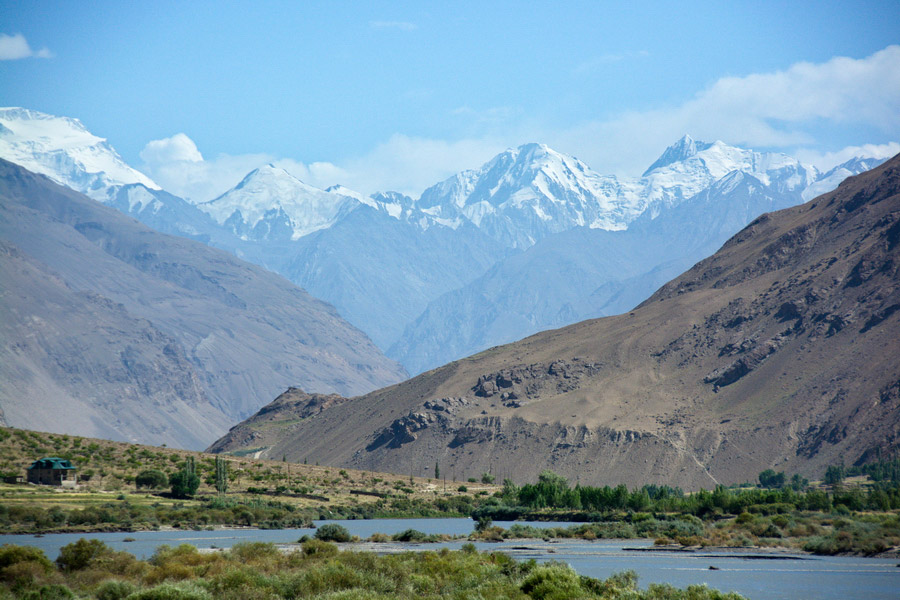 В горах Таджикистана потерпел аварию вертолет, погибло 5 человек