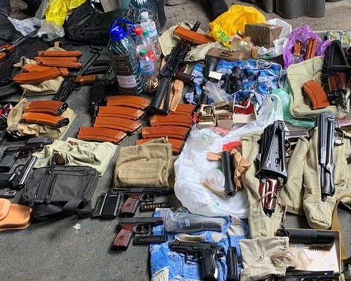 В Киеве нашли крупный арсенал оружия: автоматы, пистолеты-пулеметы и гра...