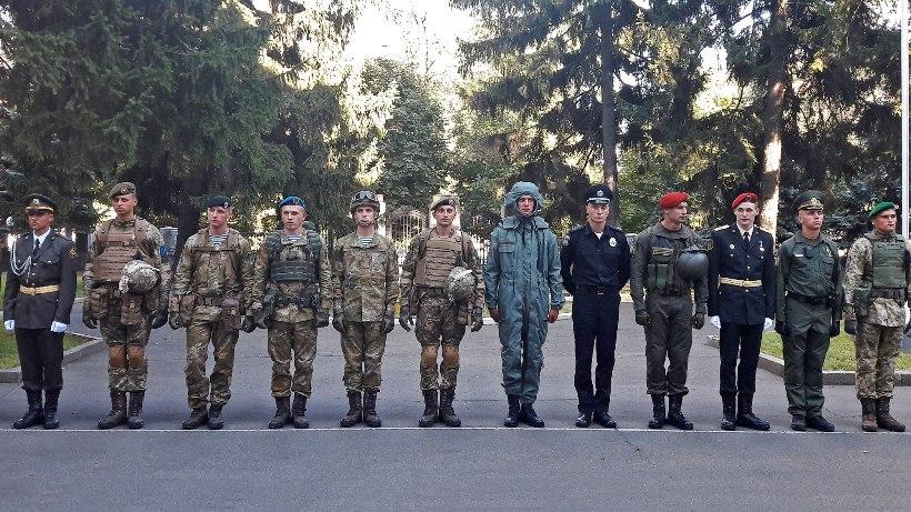 Министр обороны проверил образцы новой формы военных ВСУ