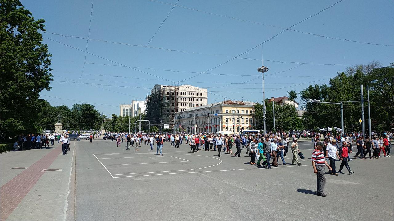 В Кишинев везут автобусы с митингующими, госучрежднения уже заблокирован...