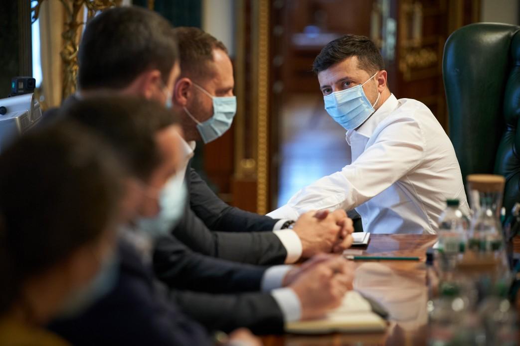 Зеленский ездит в Офис президента, несмотря на коронавирус у жены