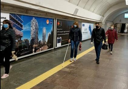 В Киеве на двух станциях метро установили тактильные полосы для маломоби...