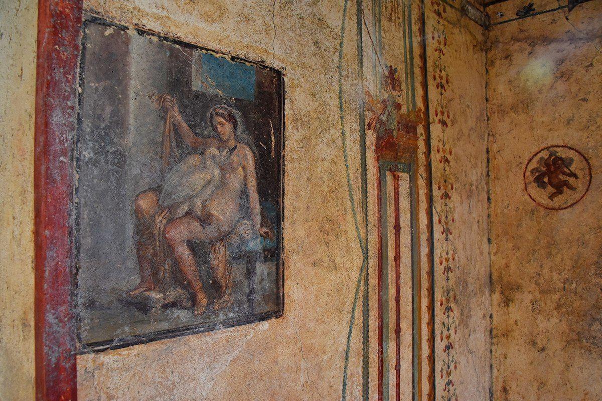 В Помпеях впервые открыли для публики эротическую фреску с Ледой и лебед...