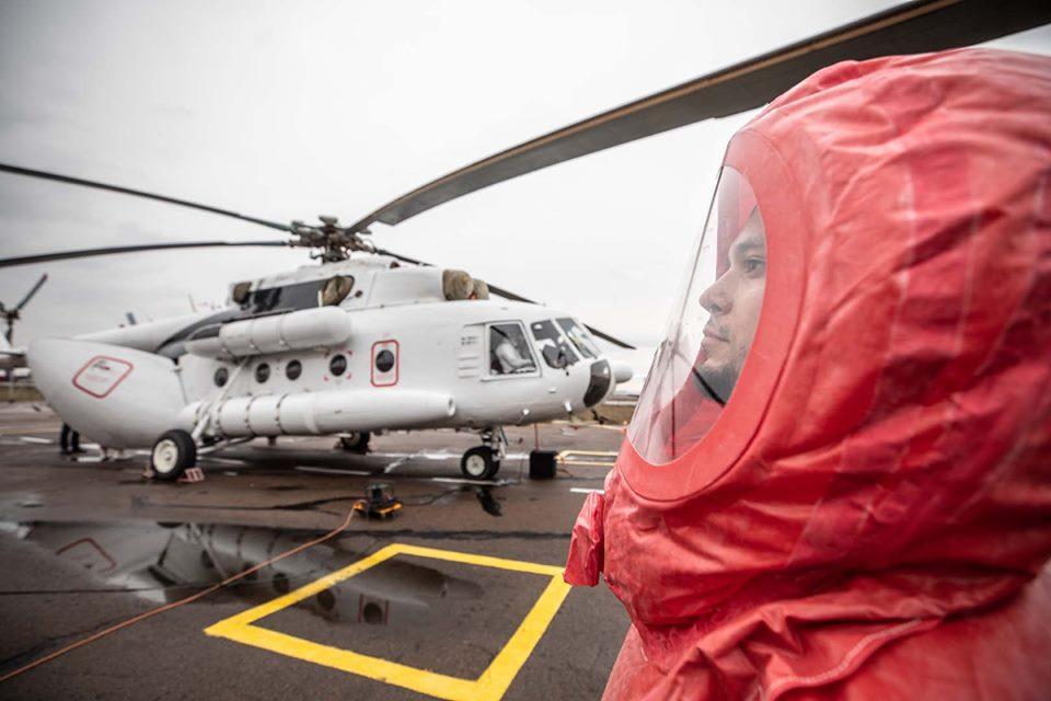 МВД показало вертолет, которым будут транспортировать вероятных больных...