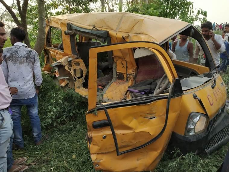 В Индии поезд протаранил школьный автобус: погибли 13 детей
