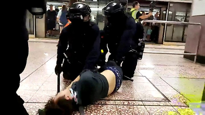 В Гонконге полиция штурмовала метро, пытаясь задержать протестующих