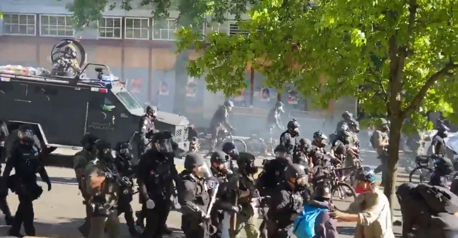В США в ходе беспорядков пострадали около 60 полицейских