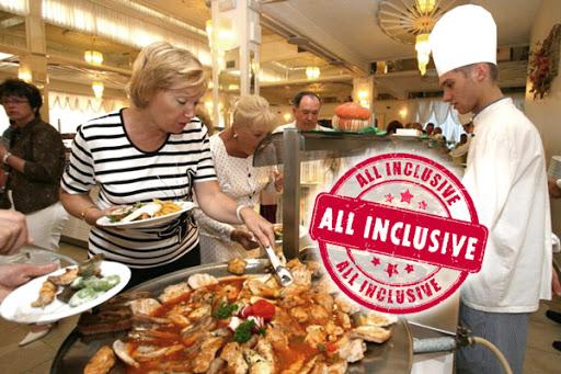 Отдыхающим в Турции запретили самостоятельно брать еду на шведских стола...