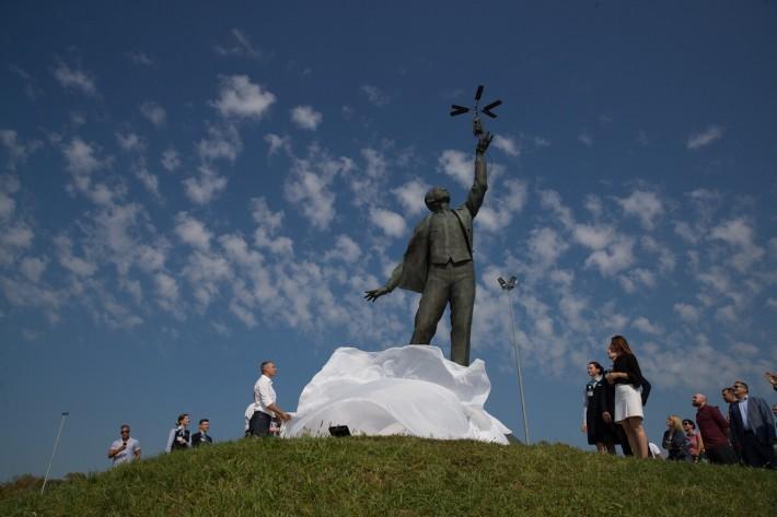 В Киеве открыли памятник авиаконструктору Сикорскому