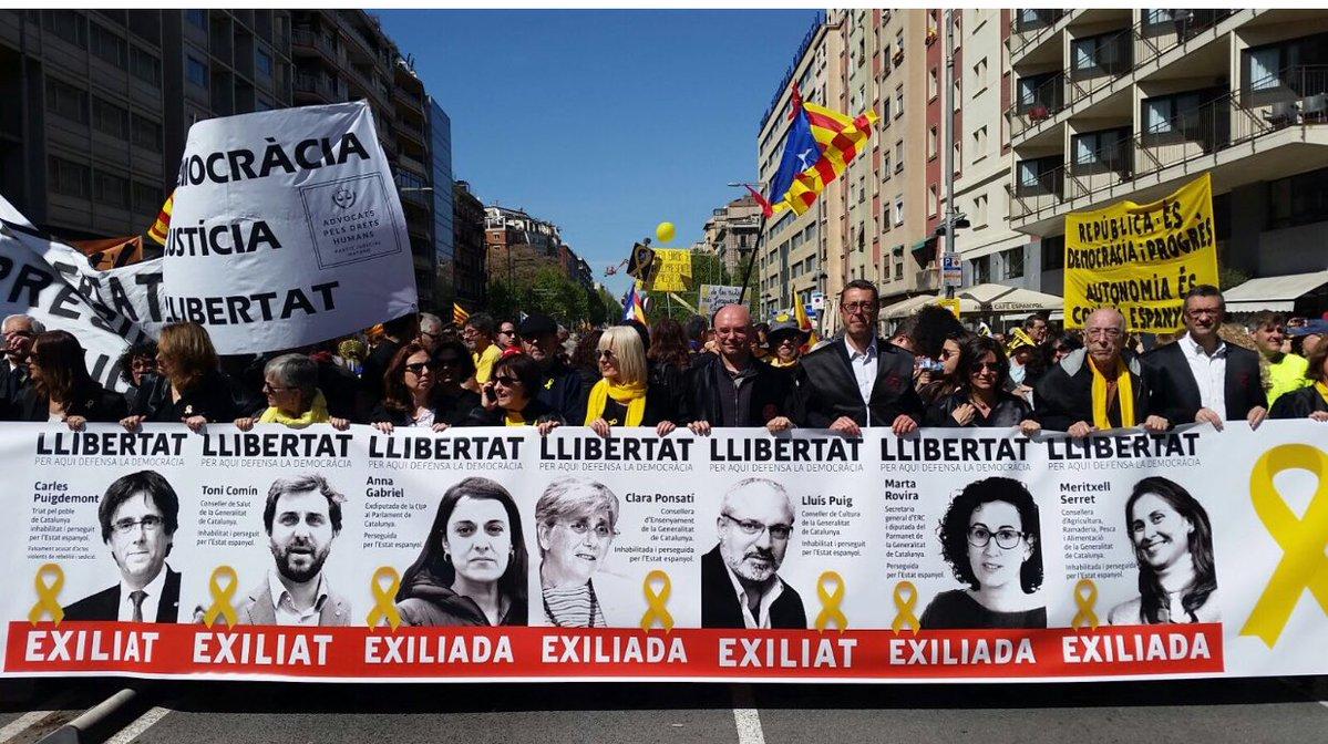 В Барселоне 315 тыс. человек требовали освобождения каталонских политико...